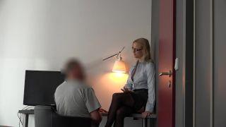Blondehexe - Beim Wichsen Erwischt! Sekretärin Fickt Für Mehr Gehalt!