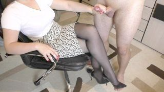 Amateur Youthful Woman Step Sis Hadnjob And Cumshot On Her Feet In Shoes